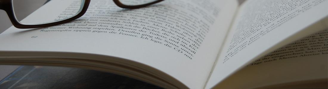 autor Buch mit Brille